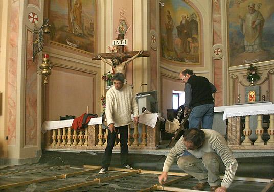 Samedi 22. Les comédiens installent le décor dans l'église